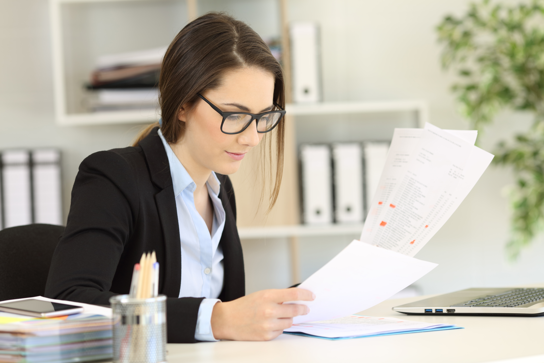 Женщина ведет бухгалтерский учет в Польше