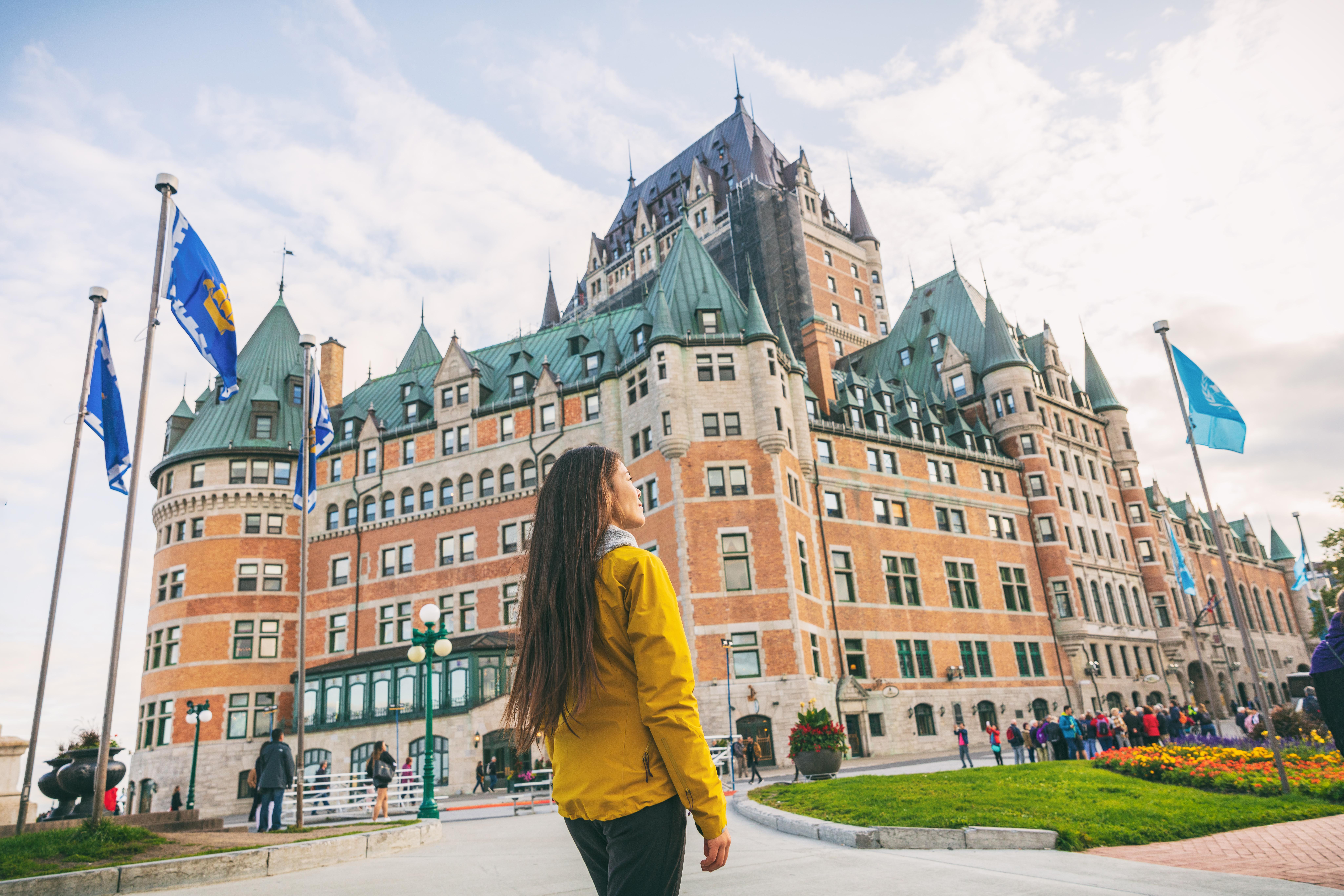 Девушка на фоне университета приехала на обучение по студенческой визе в Канаду