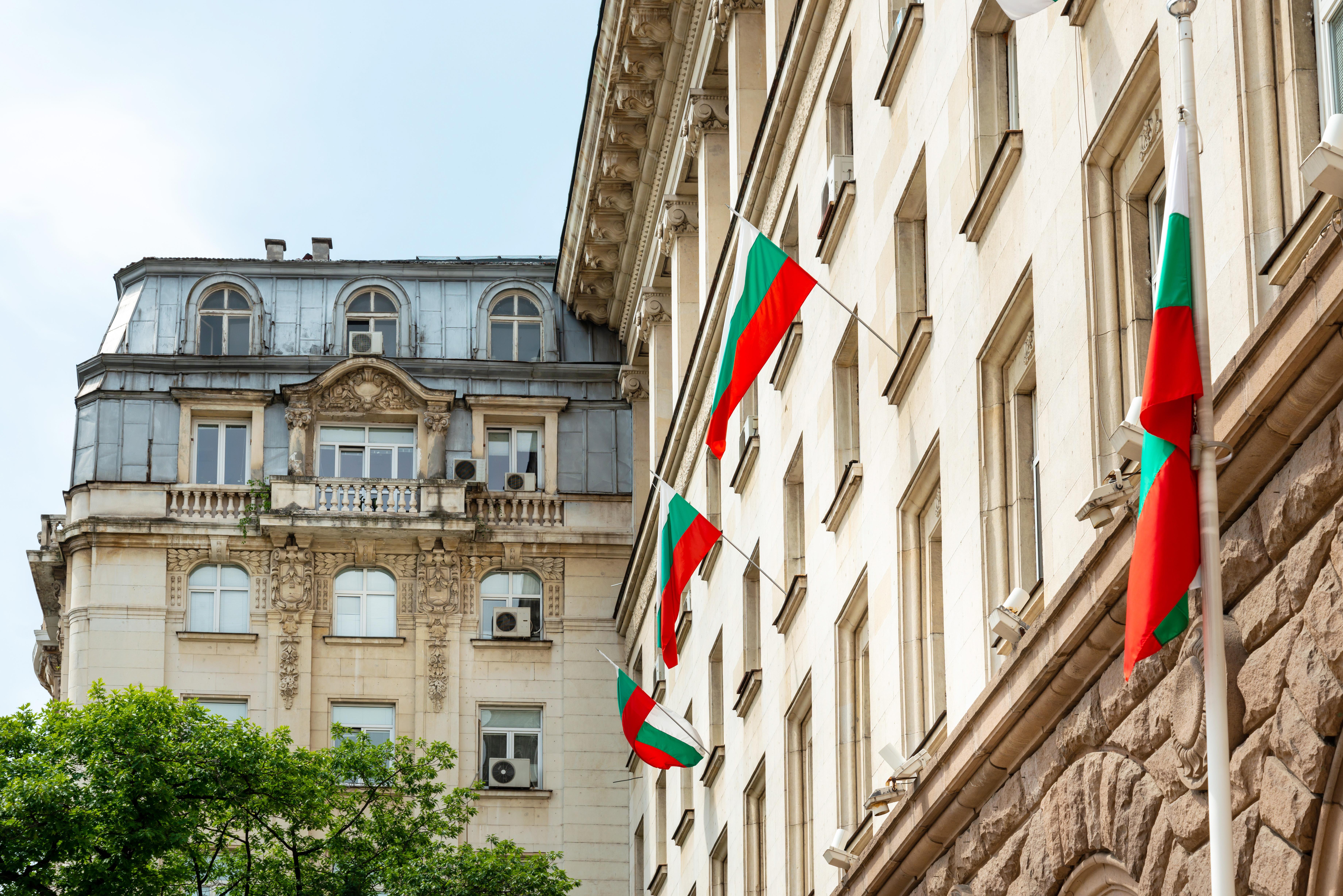 Здание с флагами Болгарии как символ получения гражданства Болгарии
