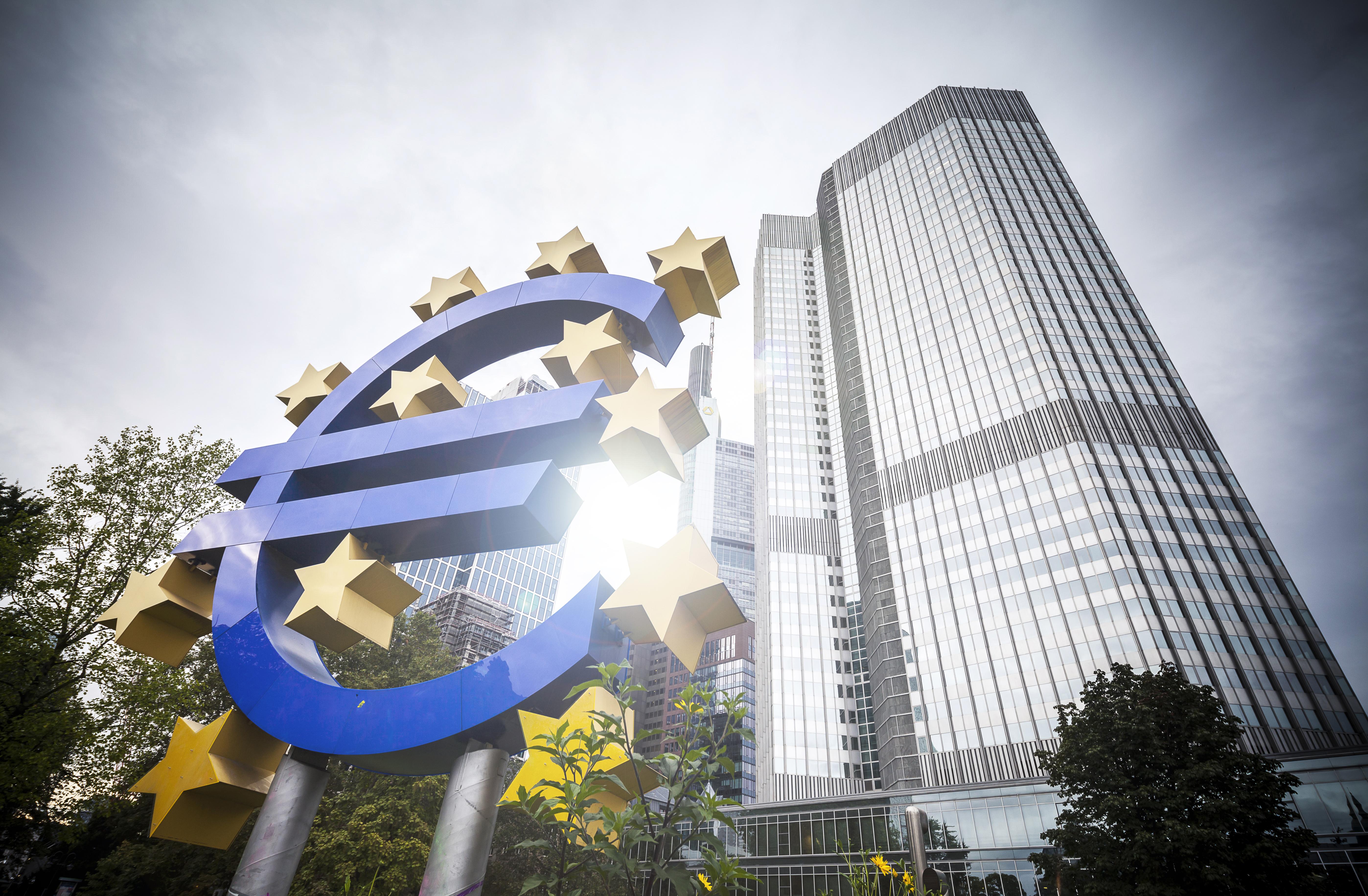 Здание банка и знак валюты символизирующие гражданство ЕС за инвестиции