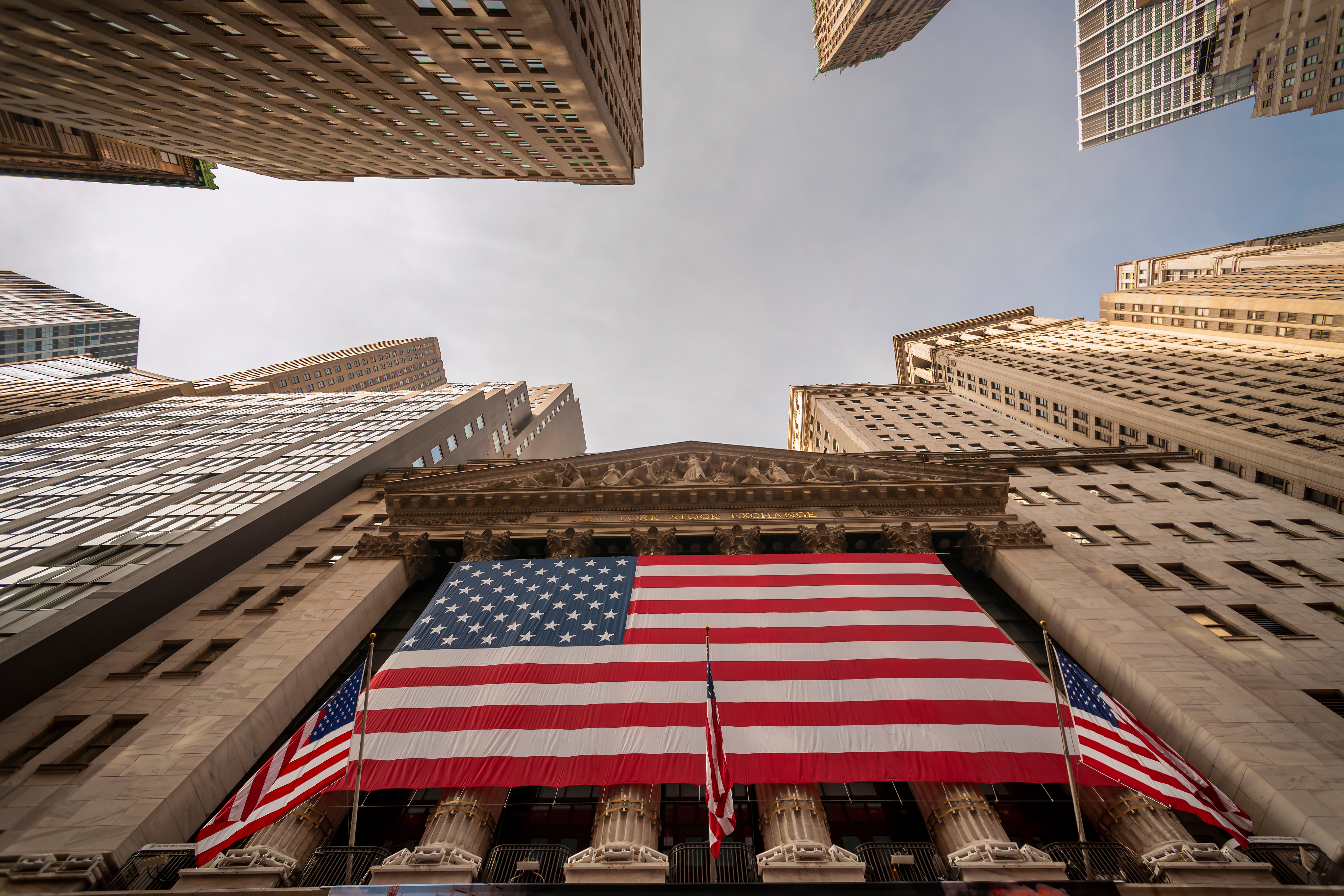 Флаг Америки на госучреждении, которое согласовывает гражданство США за инвестиции