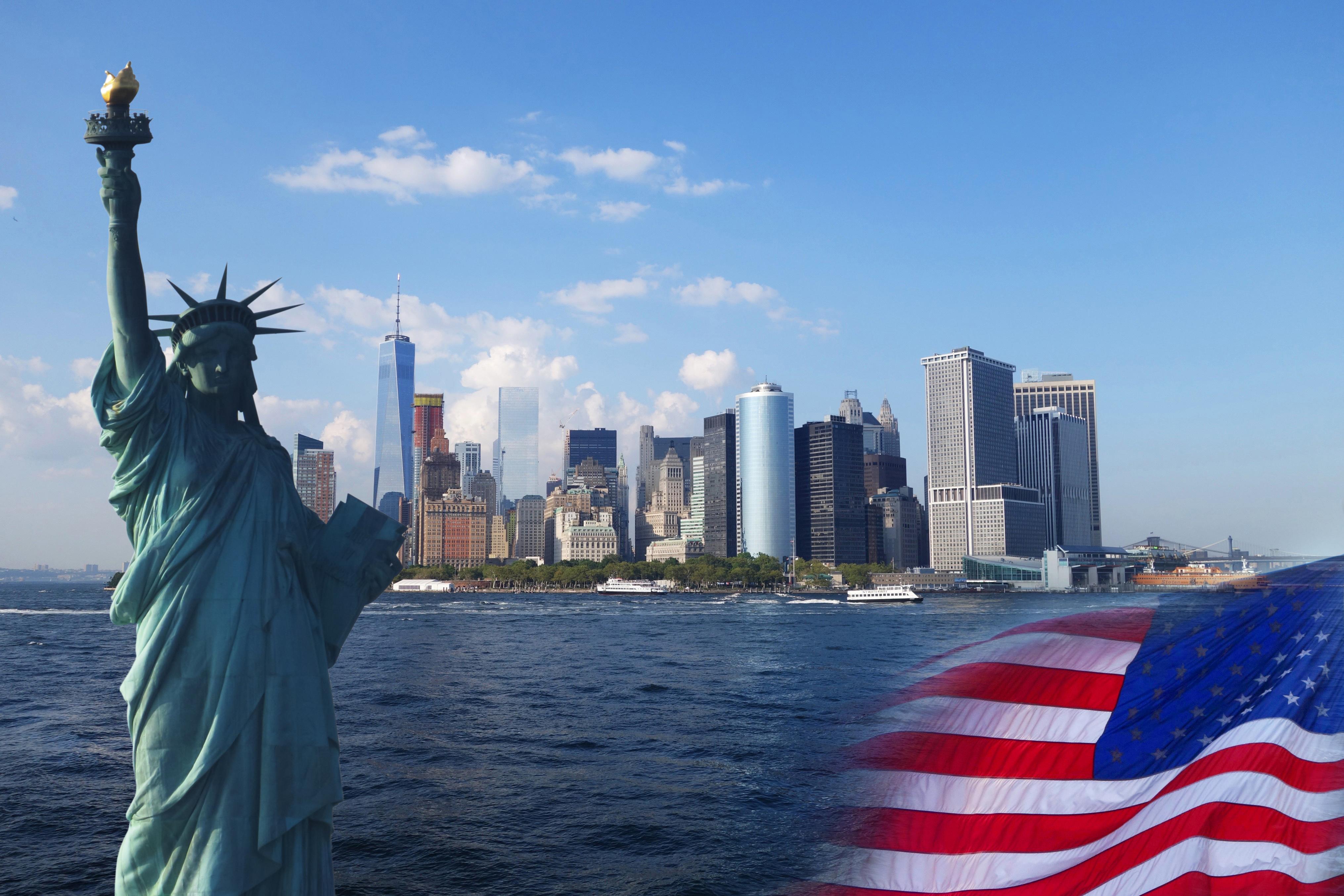 Статуя свободы и флаг США как символ больших возможностей для иммигрантов с грин-картой