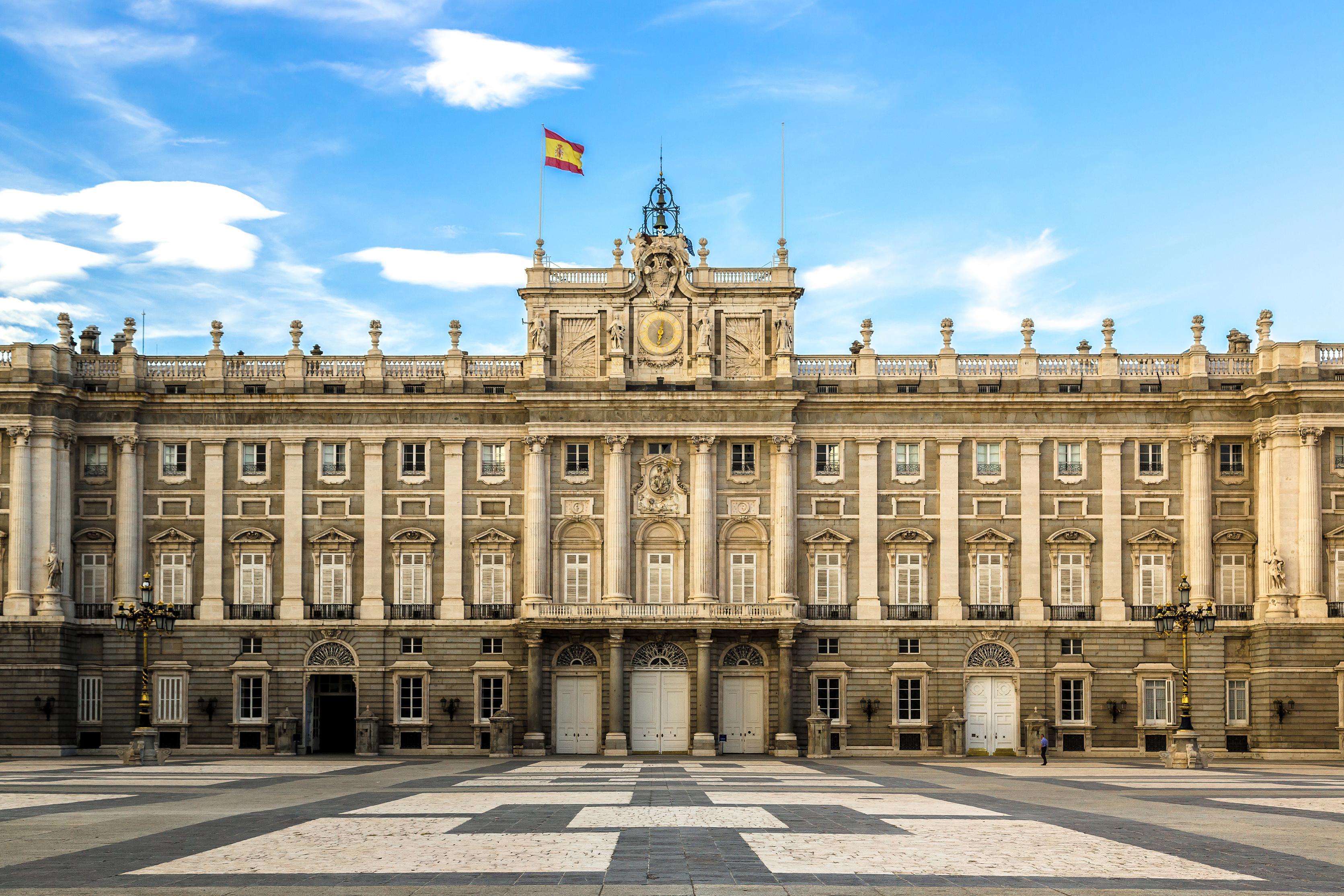 Королевский дворец в Мадриде, столице Испании, где иностранцы могут получить образование