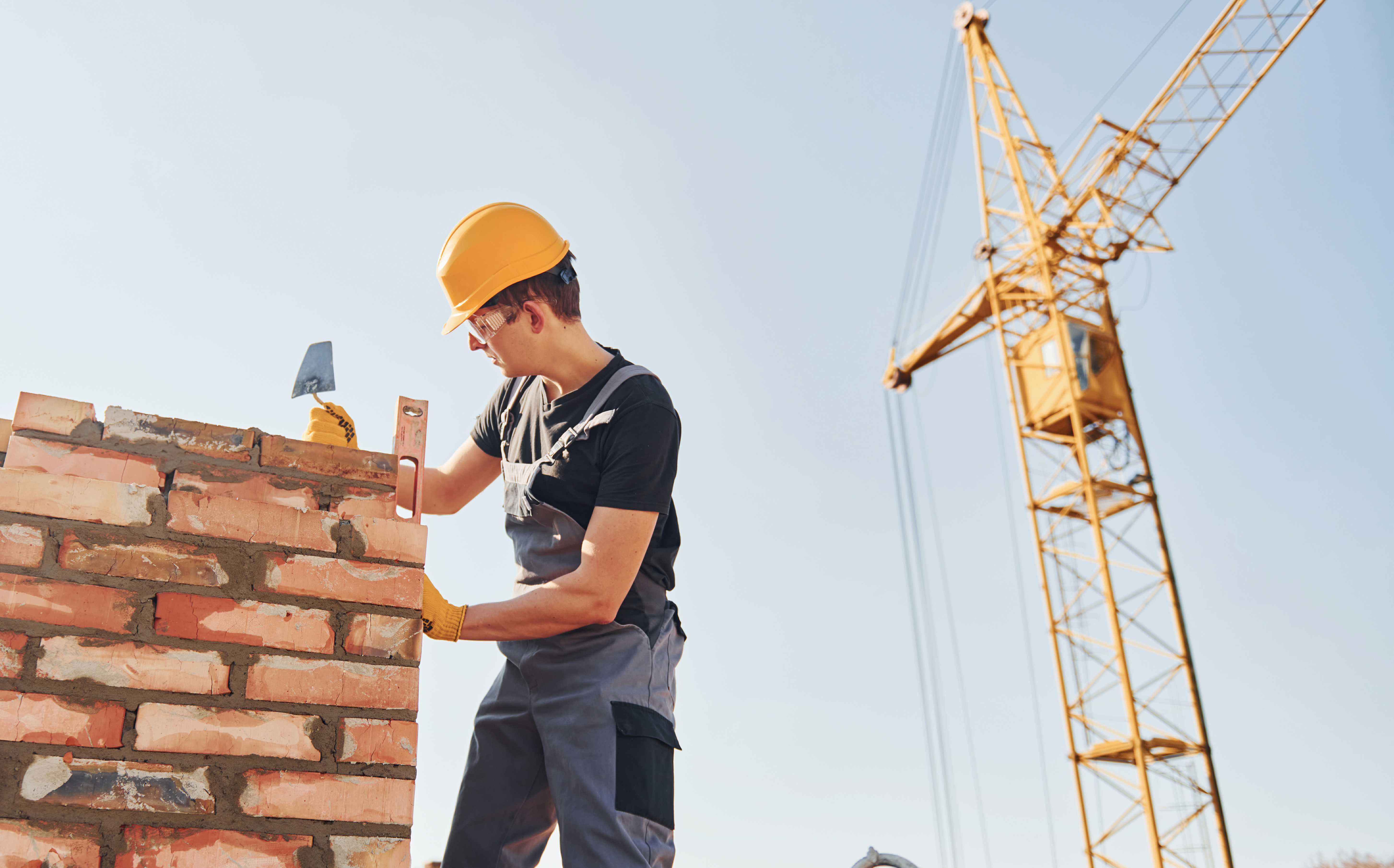 Строитель на стройке работает в Румынии