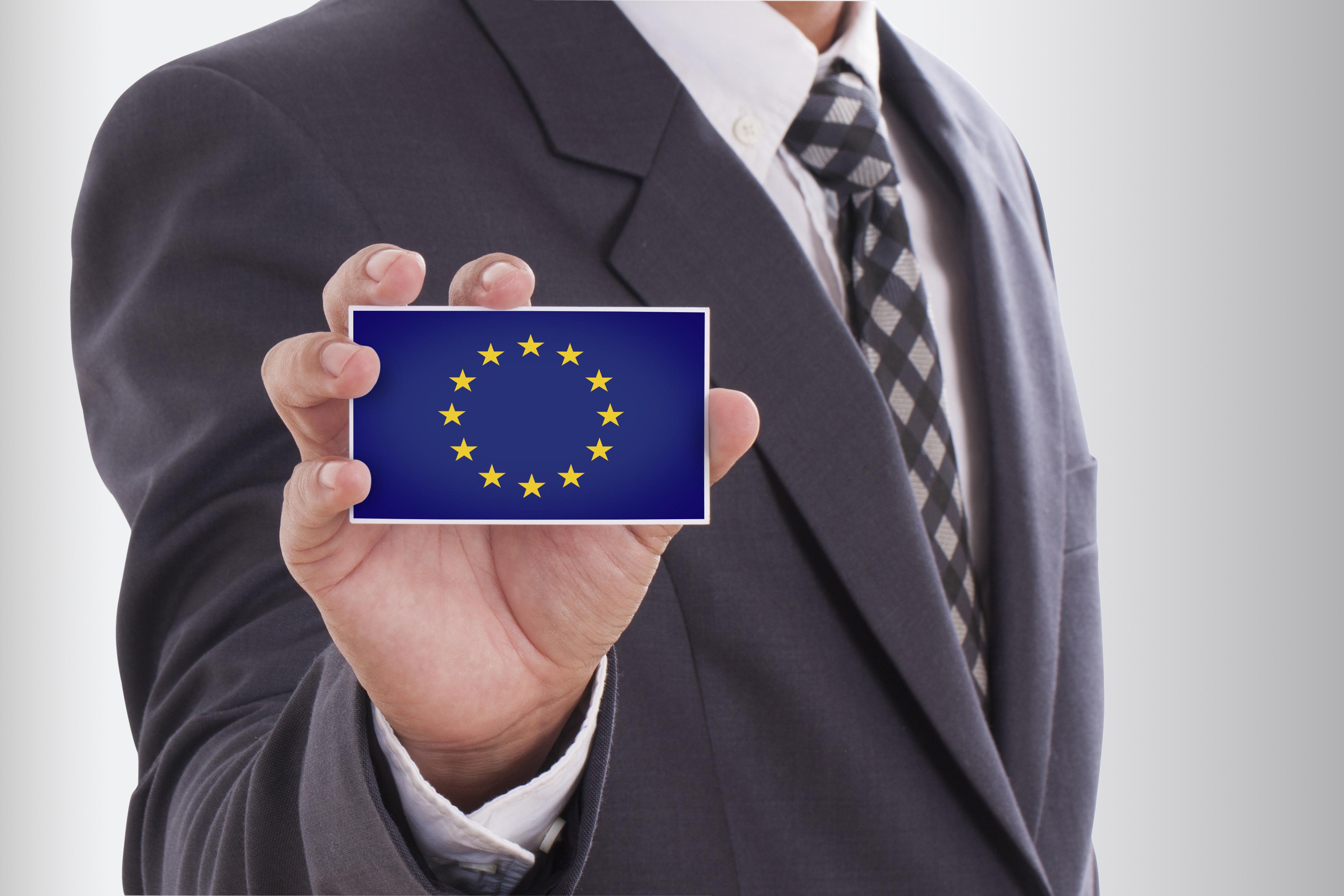 Мужчина с флагом ЕС, где иностранцы могут открыть бизнес