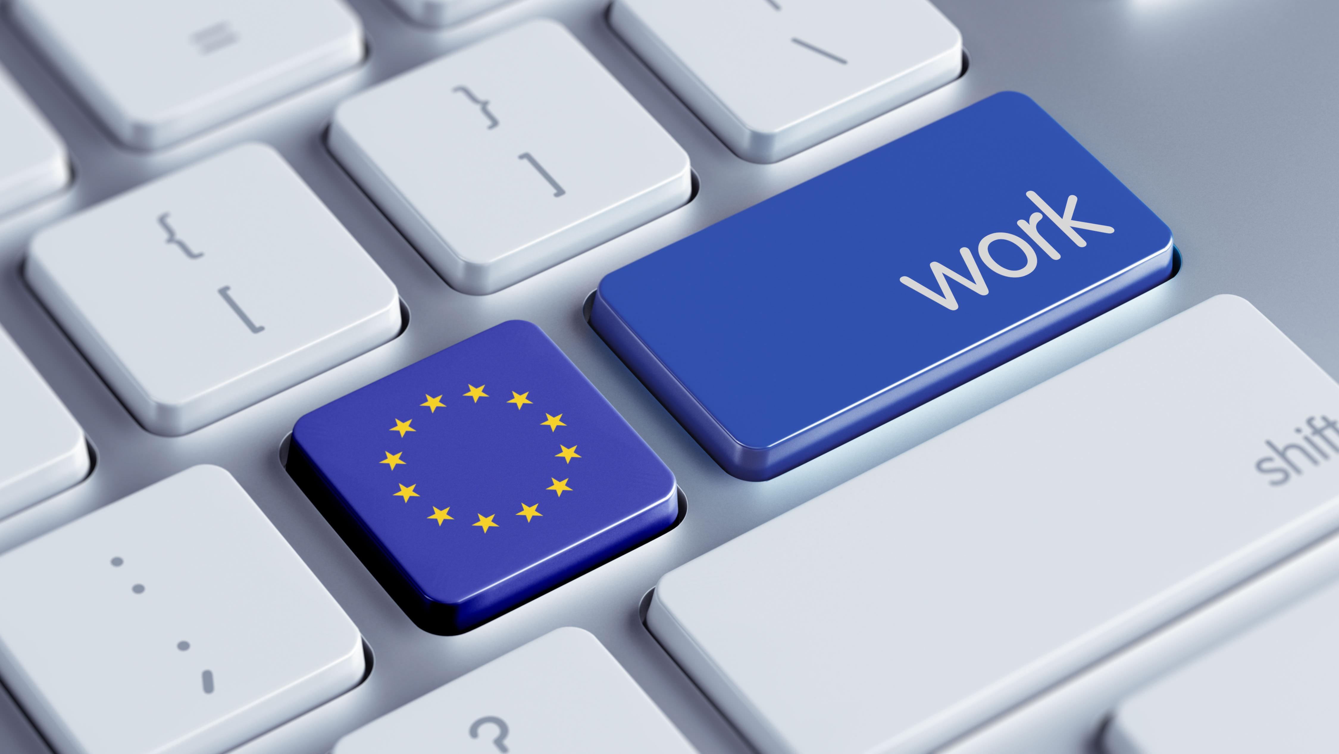 Значок ЕС на клавиатуре свидетельствует о поиске работы в ЕС через интернет