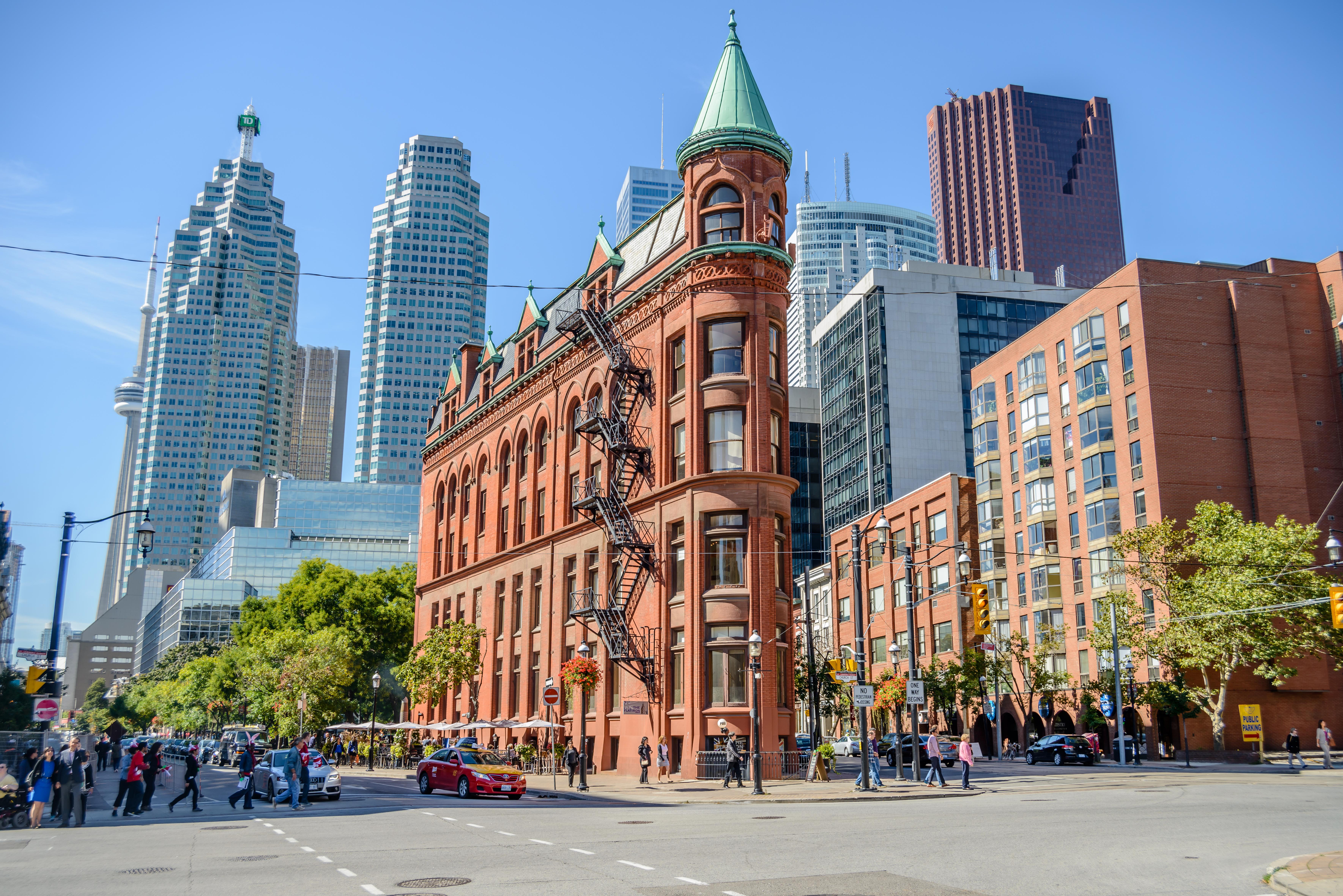 Здания в городе для иммиграции в Канаду на ПМЖ