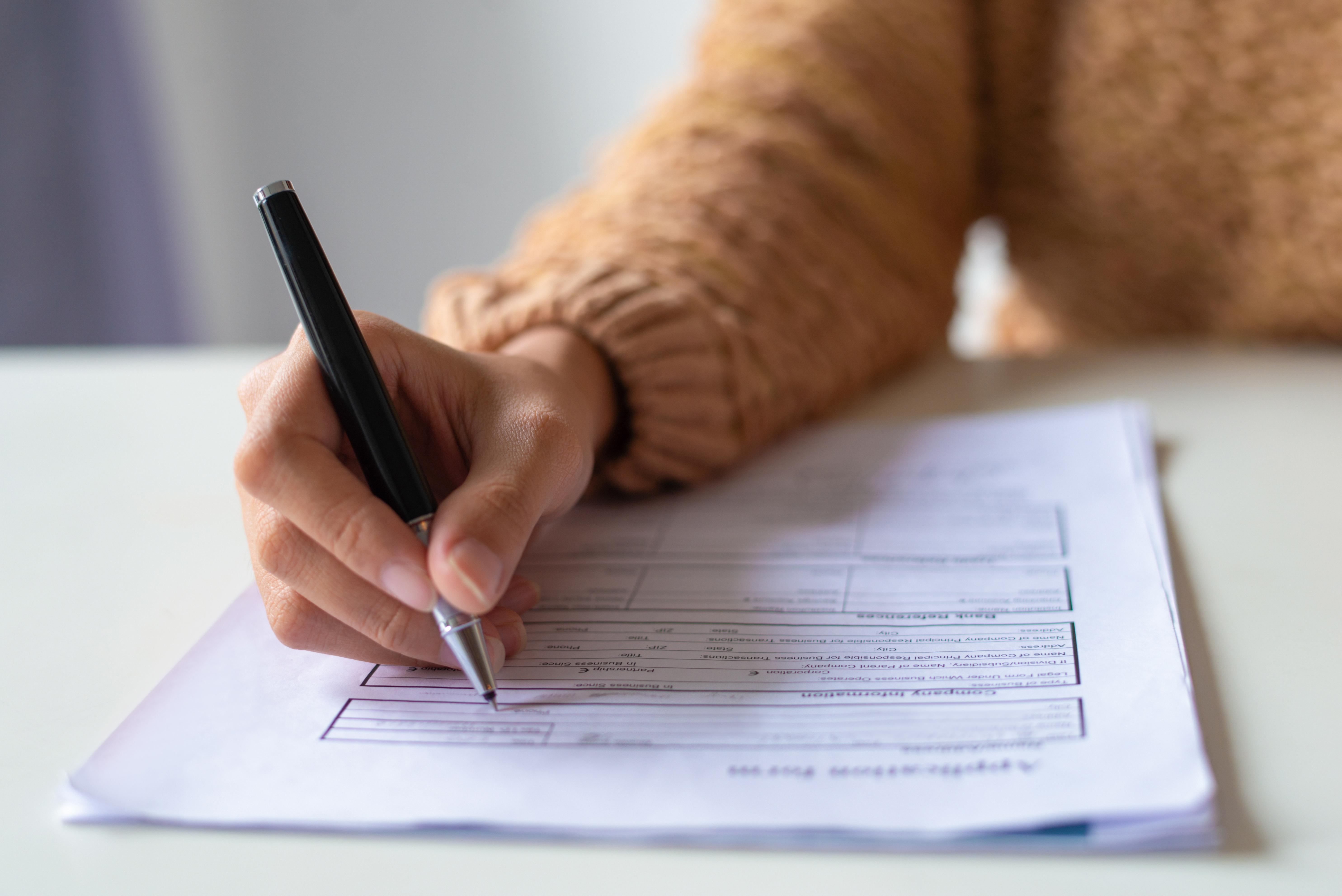Девушка заполняет тест на гражданство Канады