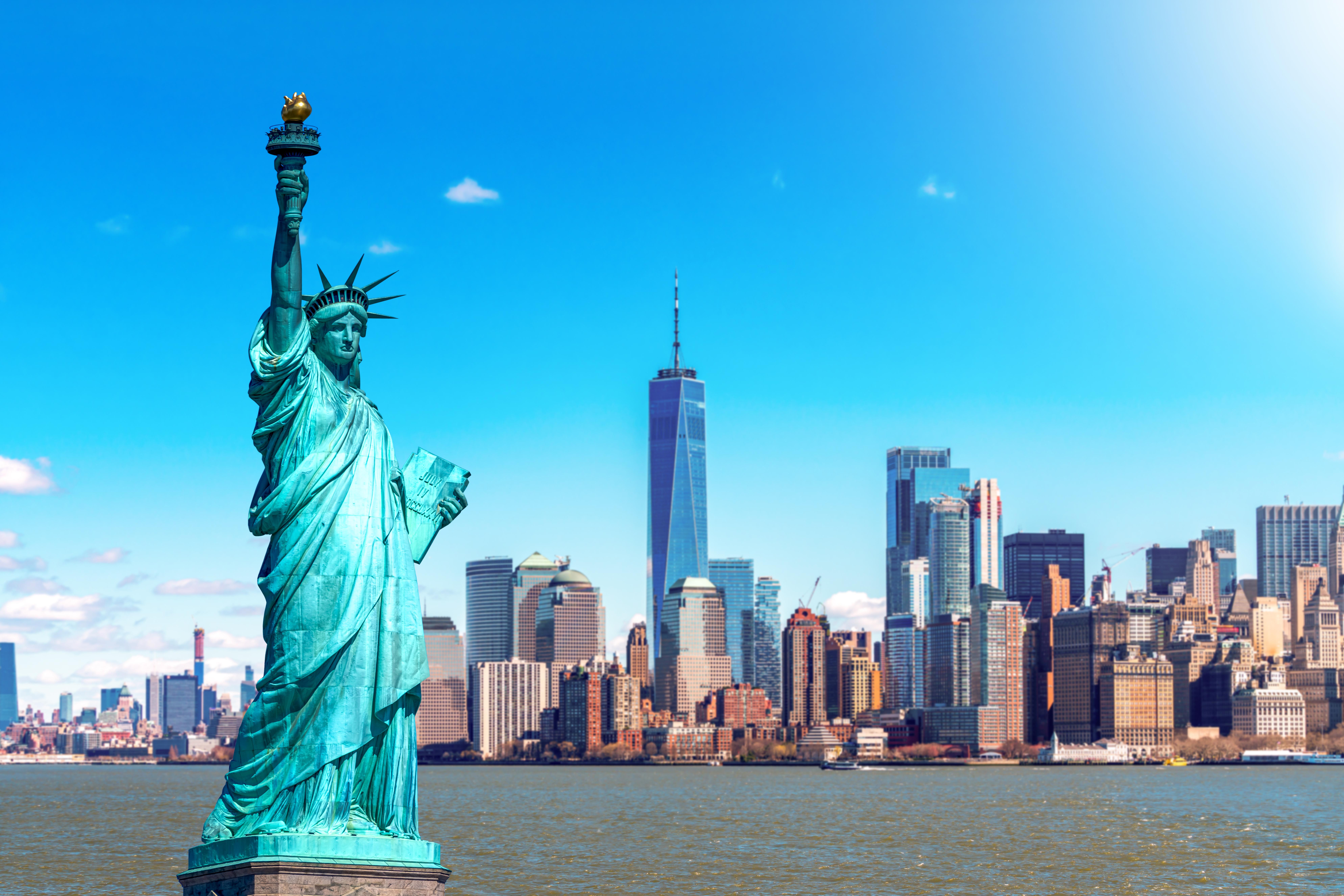 Статуя свободы на фоне города, где много вариантов открытия бизнеса в США